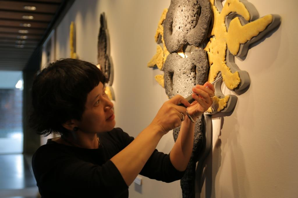 許瓊文與《#肆》。(鶯歌陶瓷博物館提供)