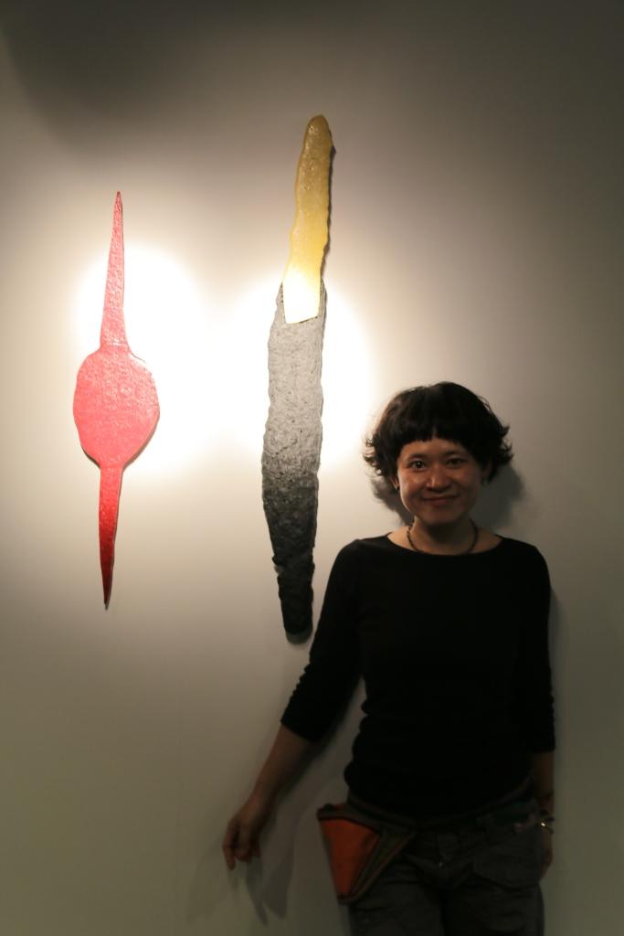 許瓊文與《#壹》。(鶯歌陶瓷博物館提供)
