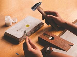 利用金工基礎技法,在薄金屬片上進行敲鎚,呈現出點字、英文字或其他花樣效果,打造專屬的打造專屬的小墜子(黃金博物館提供)