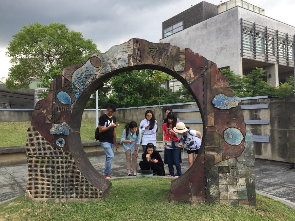 來自新北市的學生組團來陶博館體驗「實境解謎遊戲」。(鶯歌陶瓷博物館提供)