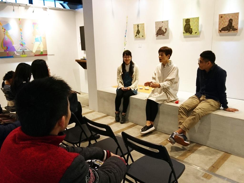 江心華(中)在分享會中娓娓道出創作歷程。(淡水古蹟博物館提供)